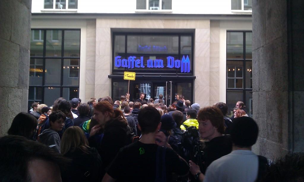 #twoeln Andrang vor dem Gaffel Brauhaus.